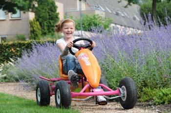 детская машинка с педалями