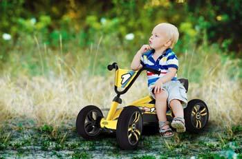 детский автомобиль на педалях